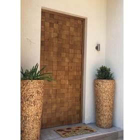 puerta de seguridad decorada
