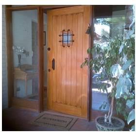 puerta de acero con ventanales