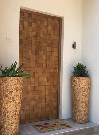 Puerta de acero con entramado en madera