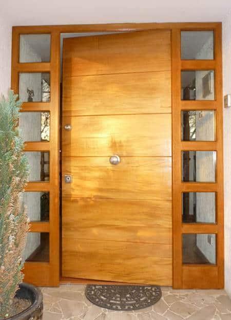 Puerta de entrada de seguridad con madera barnizada