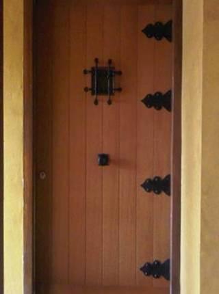 Puerta de protección con decorado en fierro