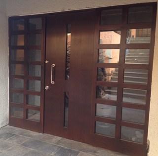 Puerta de acero con madera barnizada y vidrio