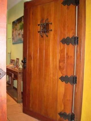 Puerta antirrobos con bisagras decorativas