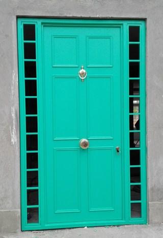 Puerta de seguridad de acero verde con ventanillas