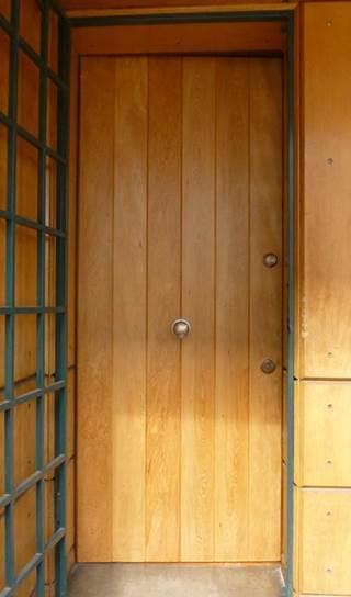 Puerta antirrobos con tablado vertical