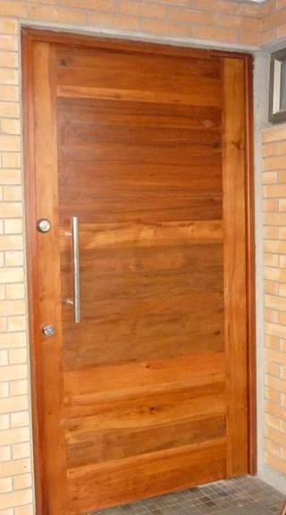 Puerta con enchape rústico de dos colores