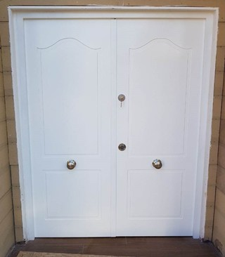 Puerta blindada clásica pintada blanca