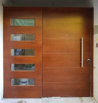 Puerta antirrobos moderna barnizada con ventanas laterales