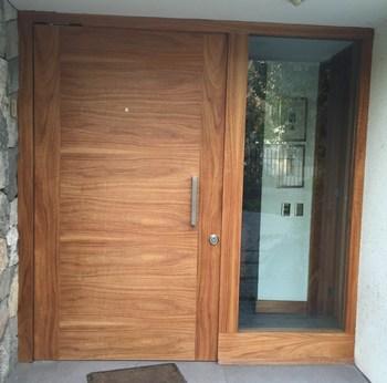 Puerta de seguridad ancha con madera con vetas