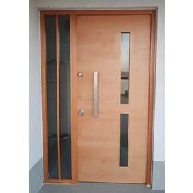 puerta con ventanas verticales