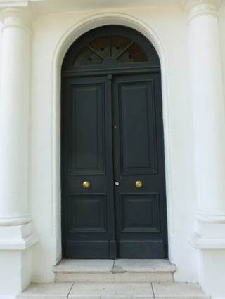 Gran puerta blindada lacada negra doble borde curvo