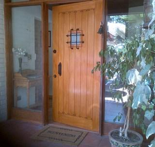 Puerta de acero con cubierta de madera rústica